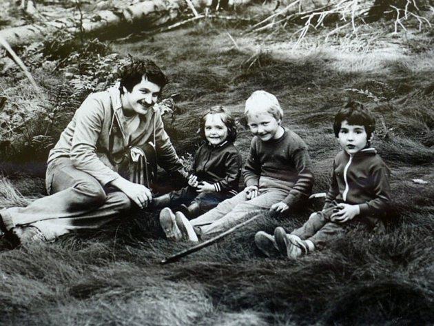 Kateřina Šafaříková v lese na Moldavě v roce 1978.