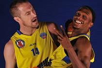 Takto pózoval kapitán ústeckých basketbalistů Tomáš Hrubý před rokem s rozehrávačem Thaddeusem McFaddenem. Nyní se Američan vrátil opět do Ústí a Sluneta je silnější.