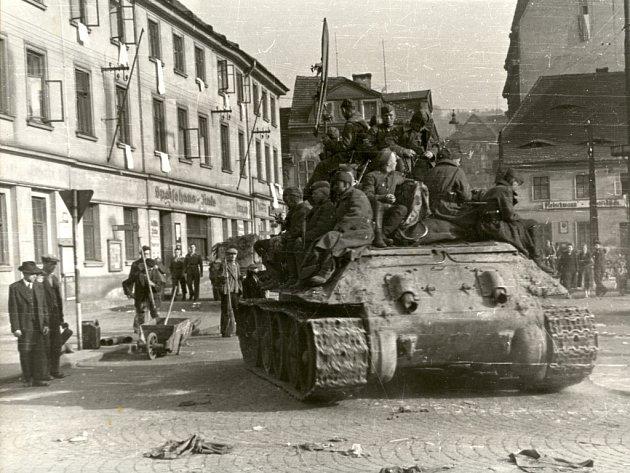 První tři sovětské tanky dorazily na Předmostí po druhé hodině 9. května 1945.