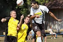 Fotbalisté Chlumce (ve žlutých dresech) nastříleli Heřmanovu osm branek.