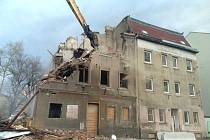 Demolice vyhořelé ruiny v Předlicích.