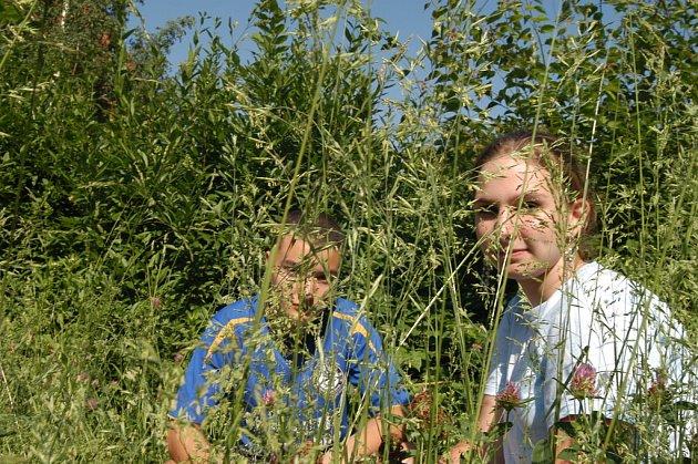 Ústecké děti Martin a Anička v neposečené trávě na Klíši