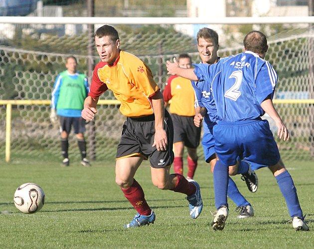 Fotbalisté Vaňova jsou po podzimu na devátém místě tabulky a v jarní části chtějí své postavení vylepšit. Na snímku  uniká Vaňkát (vlevo) hráčům Povrlů.