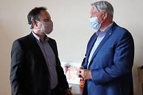 Výrobce Staré myslivecké daroval stovky litrů desinfekce