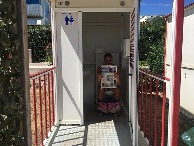Petra vyfotila Matěje Tenglera vitalském městečku Caorle. Ato zlegrace na WC, protože kde se prý nejvíce čtou noviny?