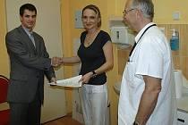Filip Petrofský (vlevo) věnoval 80 tisíc korun ze sportovní sázky ústecké onkologii (vpravo primář oddělení Milan Lysý). Filip Petrofský (vlevo) věnoval 80 tisíc korun ze sportovní sázky ústecké onkologii (vpravo primář oddělení Milan Lysý).