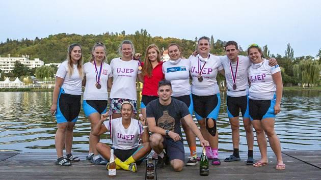 Na 10. mezinárodním univerzitním veslařském souboji na Vltavě, Univerzitních osmách, skončila čistě ženská posádka Univerzity J. E. Purkyně v Ústí nad Labem na báječném třetím místě.
