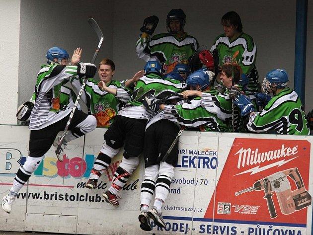 Ústečtí hokejbalisté (zelené dresy) vedou ve finále extraligy nad Letohradem 2:0 na zápasy.