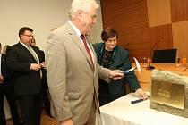 Prezident Miloš Zeman s ministryní Marií Benešovou zahájili stavbu nového sídla ústeckého soudu.