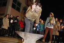 Z divadelního baru se lidé se zapálenými svíčkami a rozsvícenými baterkami vypravili na Mírové náměstí. Herec Jiří Černý zde představil hnutí Bijte na poplach.