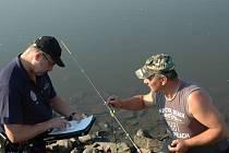 Ústečtí strážníci na kontrole rybářů.