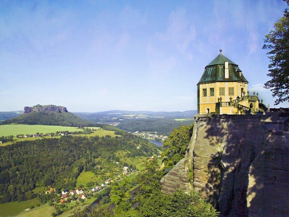 PEVNOST KÖNIGSTEIN trůní na vrcholku stejnojmenné stolové hory 247 metrů nad hladinou Labe v malebném Saském Švýcarsku nedaleko od hranic s Českem.