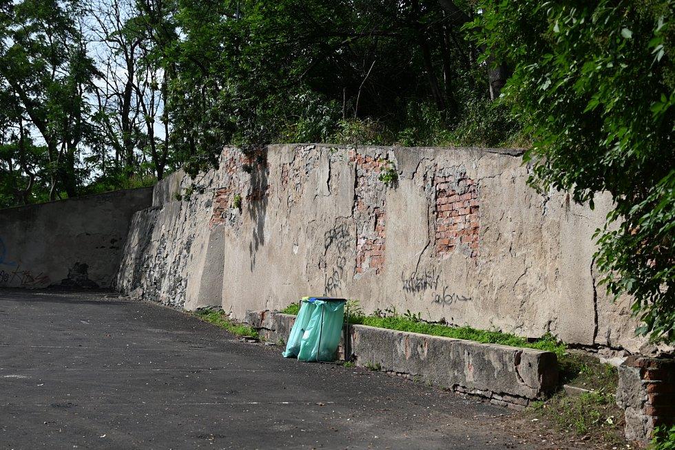 Parkoviště u hradu Střekov.