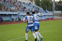 Lukáš Matějka a Youba Dramé se radují z gólu proti Dukle Praha. K výhře Armu dotlačilo i 312 fanoušků na tribuně Městského stadionu v Ústí nad Labem.