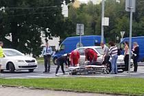 Mladá řidička srazila ženu na přechodu.