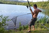 Rybář Milan Kureš a Chlumecký rybník.