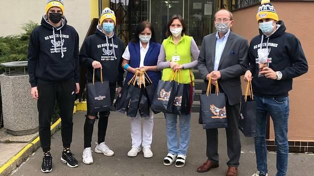 Univerzitní hokejisté North Wings během charitativního předání daru Domovu pro seniory na Doběticích.