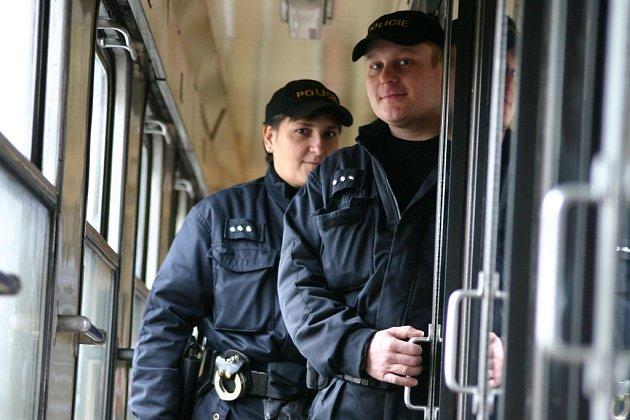 Policisté z ústeckého oddělení doprovodu vlaků Lenka Musilová a David Brejcha nalezli v kupé mezinárodního vlaku celkem 37 tisíc euro