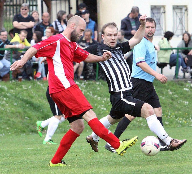 Fotbalisté Mojžíře (pruhovaní) doma přehráli Modrou 2:1.