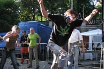 Na snímku je jedna z nejbláznivějších soutěží akce, lovení plechovek piva z dětského bazénku v potapěčské výbavě a na čas.