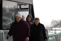 V tuto chvíli ještě Dáša Dlouhá z Bíliny (uprostřed s kapucí)  netuší, že je po týdnu provozu lanovky desetitisící cestující. O minutu později už jí blahopřálo vedení města.