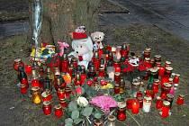 Plamínky smutečních svíček jsou vidět na dálku. Řidiči projíždějící místem přibržďují a ohlíží se na památníček.