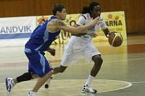 Basketbalisté Chomutova (v bílém) hostili na své palubovce basketbalisty Prostějova.
