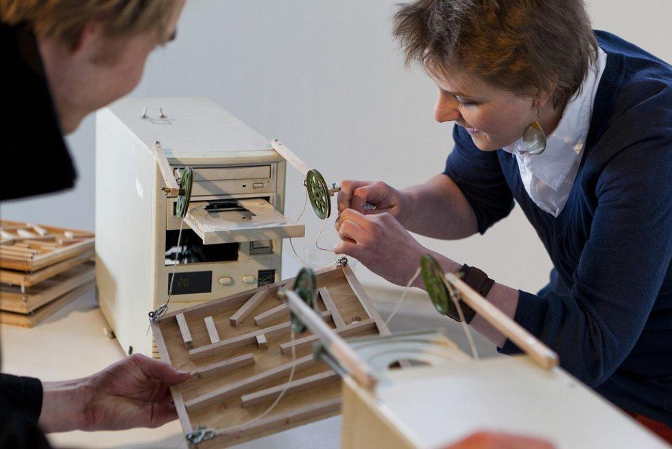 Výstava nabízí velké spektrum výtvarných prostředků od klasické malby, grafiky i fotografie přes video po interaktivní instalace.
