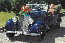 Zdeněk Kricner a jeho Mercedes 170 V Cabrio z roku 1938.
