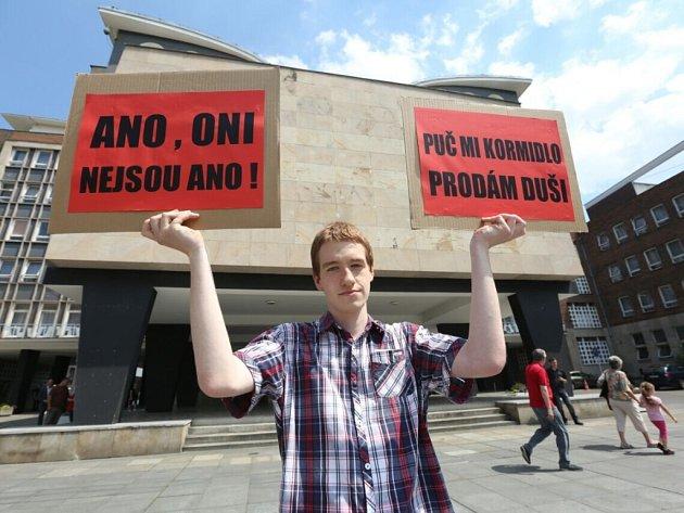Demonstrace na Lidickém náměstí.