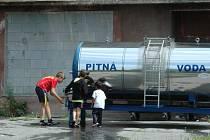 Obyvatelé ve dvou předlických domech jsou dva týdny bez vody, od pátku mají alespoň cisternu.