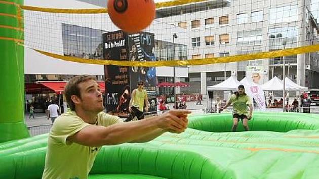Na snímku si bossaball zkouší i Muž desetiletí České republiky Jakub Kauer, který hraje volejbal závodně za Chabařovice.
