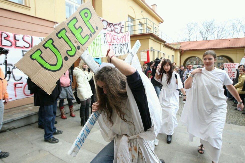 Studenti v Ústí demonstrují proti reformě vysokého školství.
