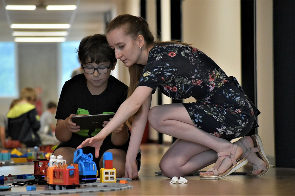 Devítiletý Jan Douda v akci, pomáhá mu lektorka