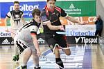 Florbalisté Ústí n/L (černočervení) zvítězili nad Florbalem Chomutov (bíločerní)  9:7