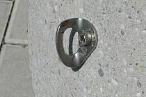 Úchyty na řetěz na betonových koulích před Forem.