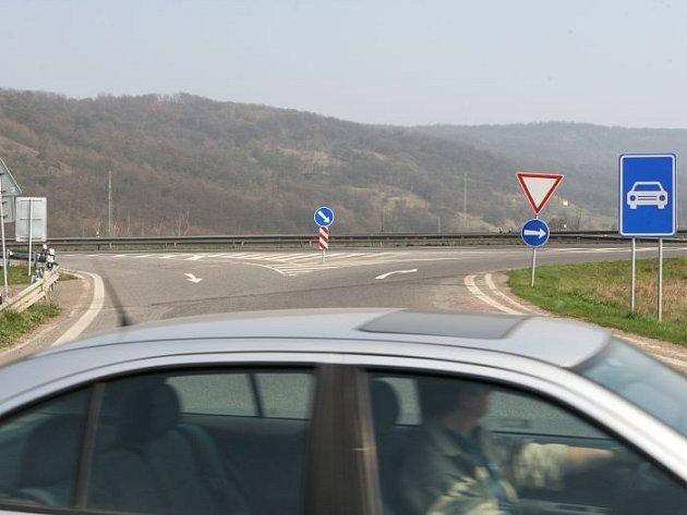 Nájezd na dálnici D8 v Řehlovicích, odkud se dostanete do Ústí. V opačném směru pak ale žádný sjezd nenajdete.