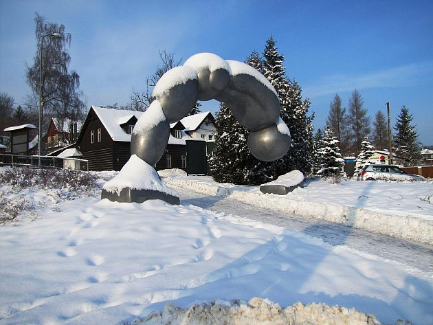 Návštěvníky areálu Ještědu po vystoupení z tramvaje vítá socha skokana