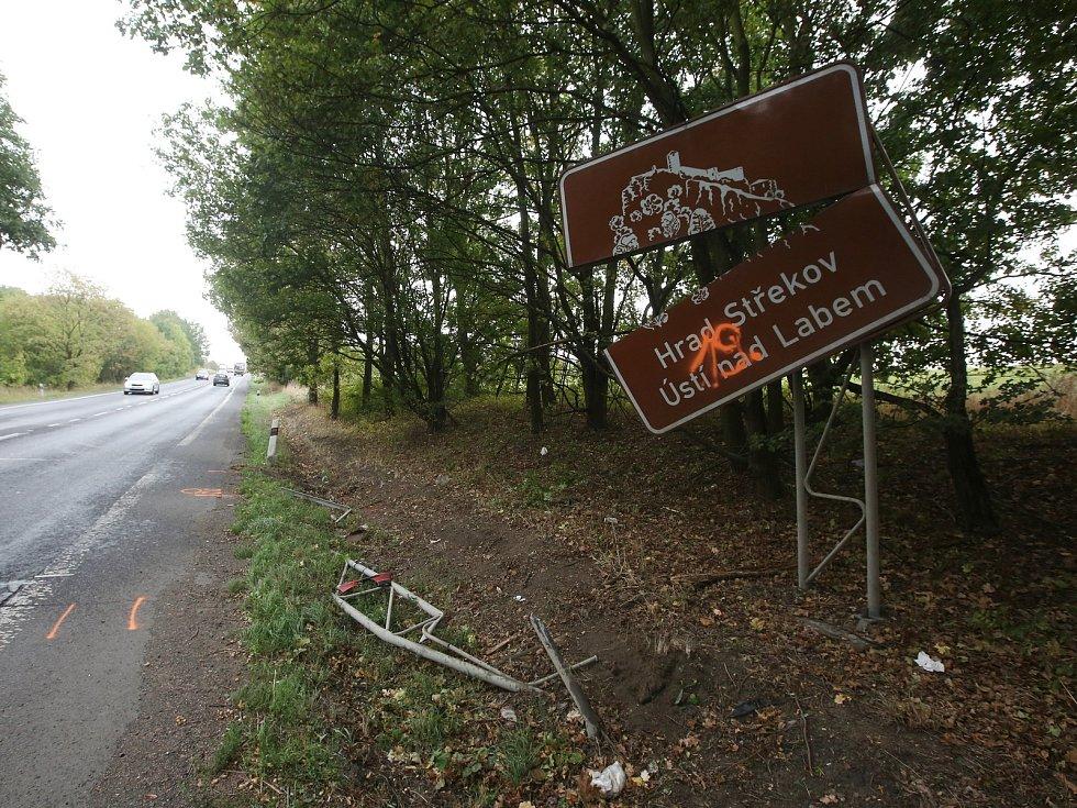 Místo mezi Ústím nad Labem a Chlumcem připomíná středeční tragickou dopravní nehodu.