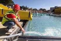 Nový bazén na Klíši se plní vodou