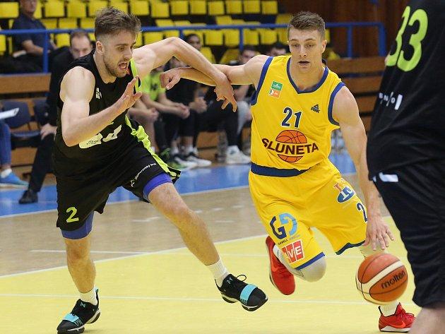 Ústečtí basketbalisté (ve žlutém) porazili Brno.