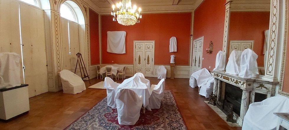 Prohlídka zavřeného zámku ve Velkém Březně. Všechno čeká na sezónu a rozhodnutí vlády o dalším postupu proti pandemii covid-19.