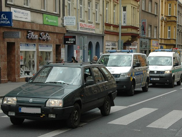 Šestapadesátiletý řidič Škody Forman srazil na přechodu pro chodce u obchodní akademie dvaašedesátiletou ženu, která přecházela přes vozovku.