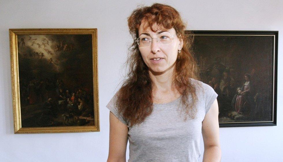 Alena Beránková, která má na starosti registr sbírek SGVU (na snímku), a diecézní konzervátorka Lada Hlaváčková byly reportérům Deníku průvodkyněmi Galerií a muzeem litoměřické diécéze.