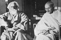 Móhandás Karamčand Gándhí (vlevo) je znám jako Mahátma (Velký duch), což je přízvisko, které mu dal právě Thákur (vpravo).