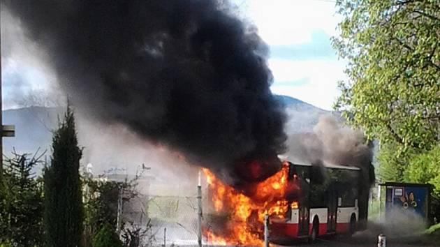 Autobus shořel v Roudníkách.