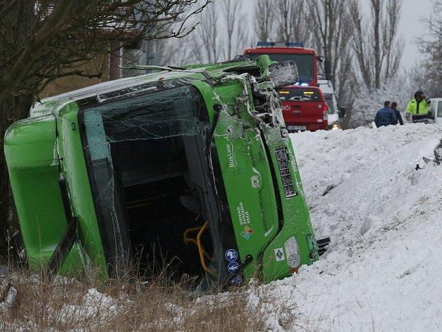Dopravní nehoda autobusu a dvou osobních aut si vyžádala jeden lidský život a 15 zraněných.