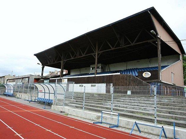 Nynější zastaralá tribuna Městského stadionu.