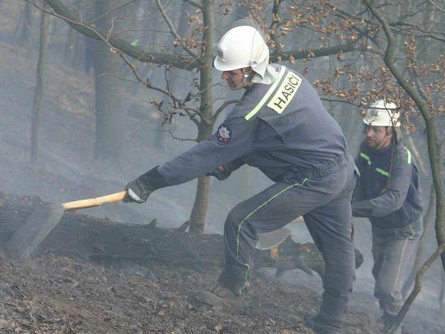 Hasič likviduje následky požáru u Chlumce