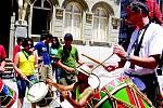 """Petr Polakovič se učí bubnovat na náměstí generála Marquese v Curitibě, hlavním městě státu Paraná. """"V tu chvíli zbývalo do mého odletu z milované Brazílie domů tři hodiny. Bubnuju si na odjezd a těžké loučení s milovanou Brazílií."""""""